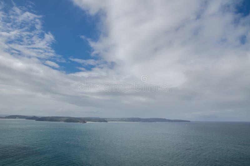 Härlig molnig himmel med det mörka havet på Palm Beach, Sydney, Australien arkivbilder