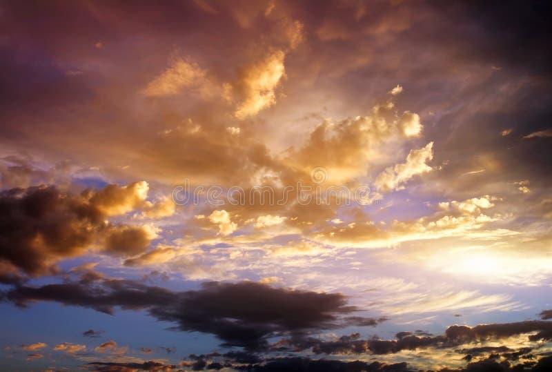Härlig molnig himmel. Molnig abstrakt bakgrund. royaltyfri bild