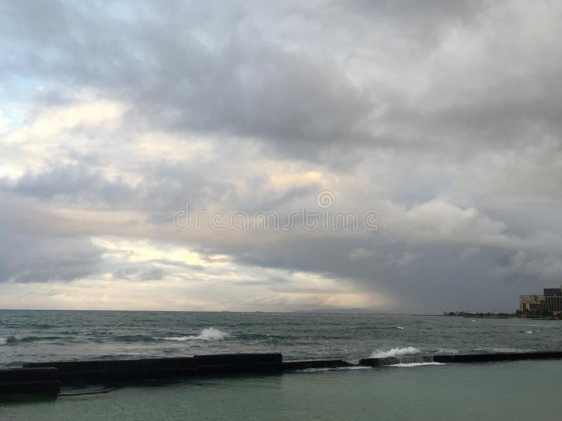 Härlig molnig morgon i Waikiki royaltyfri foto