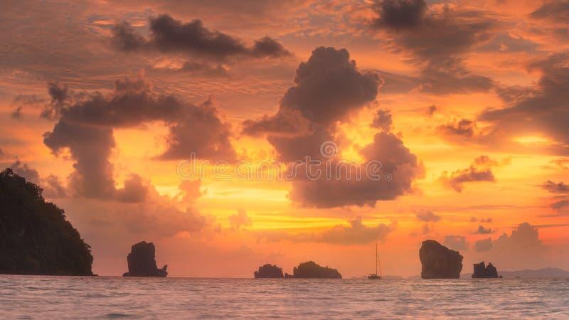 Härlig molnig solnedgång över den tropiska stranden royaltyfri bild