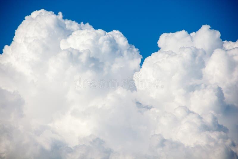 Härlig molnrörelse på himlen, vit fördunklar bakgrund arkivfoto