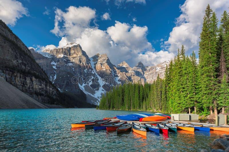 Härlig morän sjö i den Banff nationalparken av Kanada royaltyfri fotografi