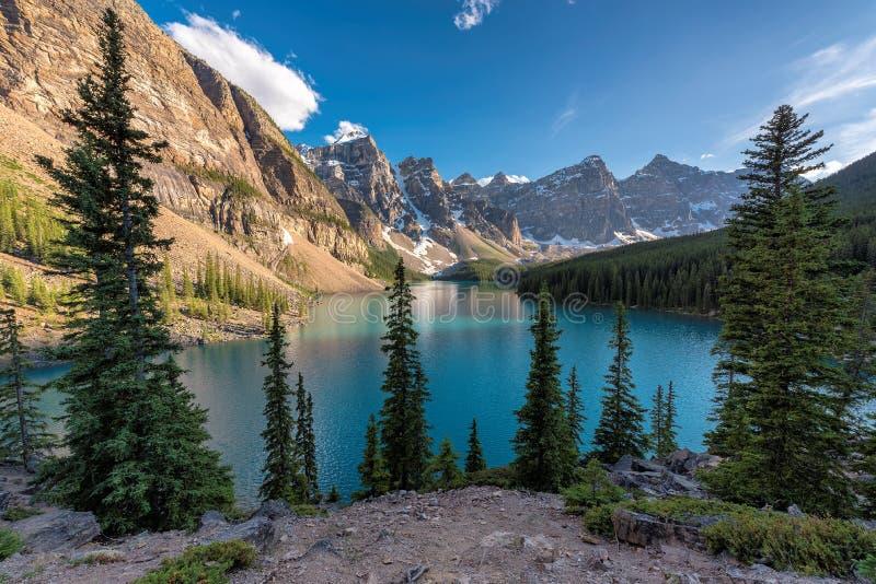 Härlig morän sjö i kanadensiska steniga berg, Banff nationalpark arkivfoto