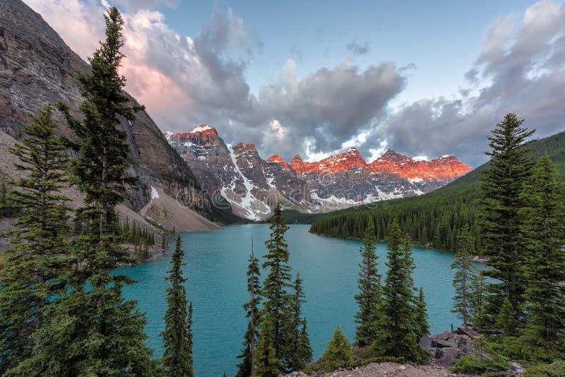 Härlig morän sjö på soluppgång i den Banff nationalparken arkivbild