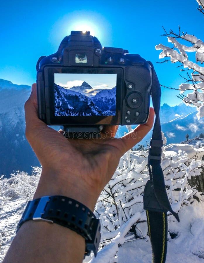 Härlig morgon med ny snö med min kamera- och bergsikt arkivbild