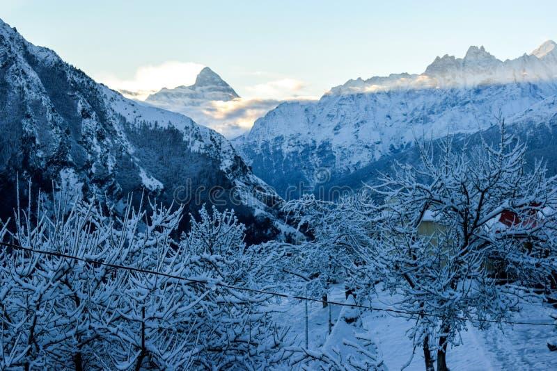 Härlig morgon med ny snö- och bergsikt arkivfoto