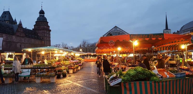 Härlig morgonmarknad i Aschaffenbueg royaltyfria foton