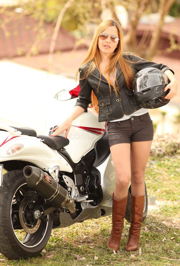 härlig motorcykelkvinna royaltyfria foton