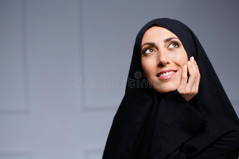 Härlig muslimkvinna som poserar i chador fotografering för bildbyråer