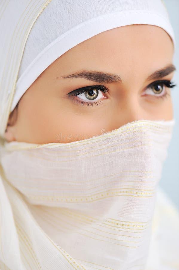 härlig muslimscarfkvinna royaltyfri foto