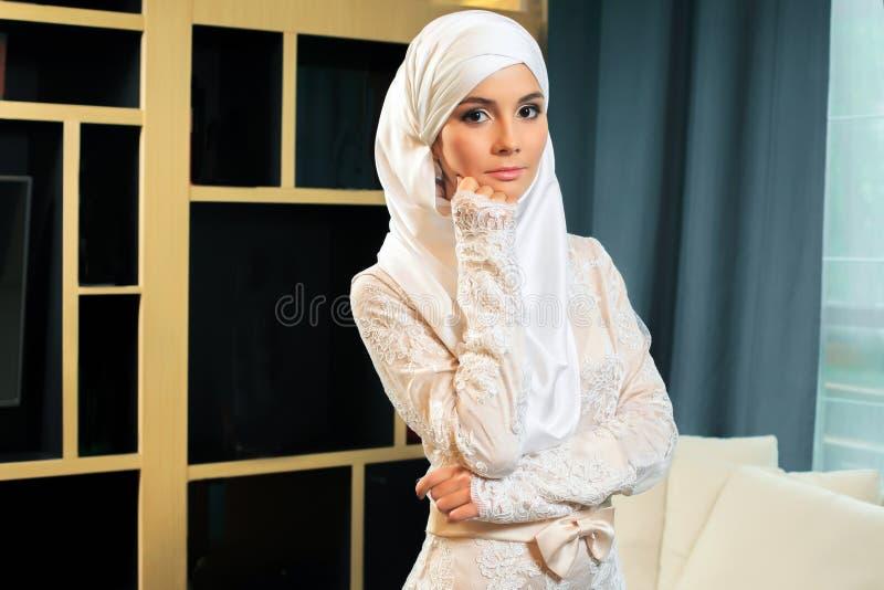Härlig muslimsk kvinna i bröllopsklänning fotografering för bildbyråer