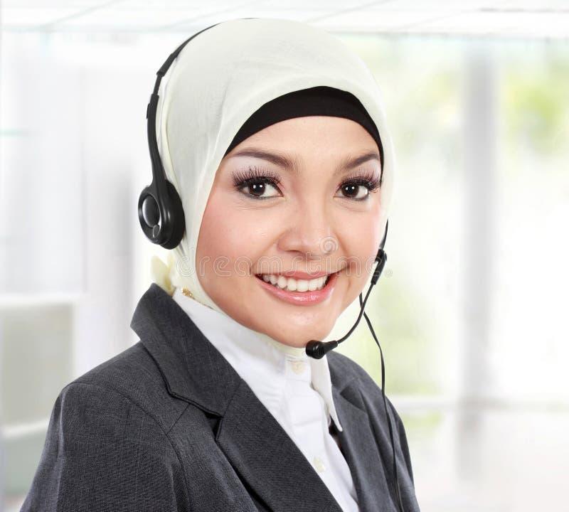 Härlig muslimsk kvinnakundtjänstoperatör royaltyfria bilder