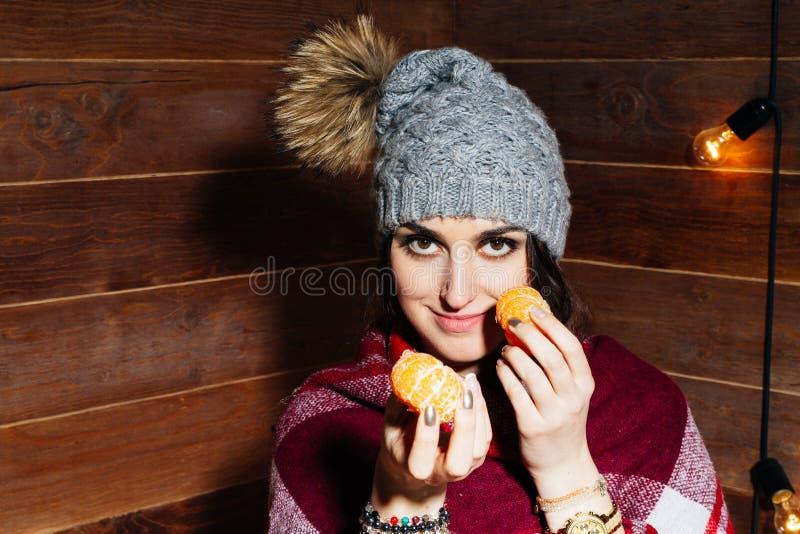 Härlig närbildstående av den unga kvinnan med apelsiner sund begreppsmat Hudomsorg och skönhet Vitaminmineraler royaltyfri fotografi