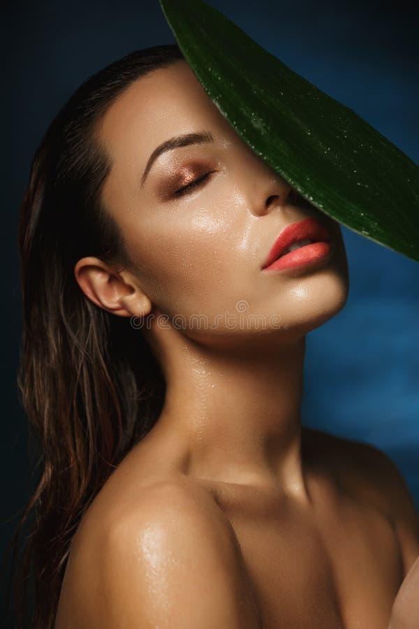 Härlig naken kvinna med stängda ögon Blöta sminket fotografering för bildbyråer