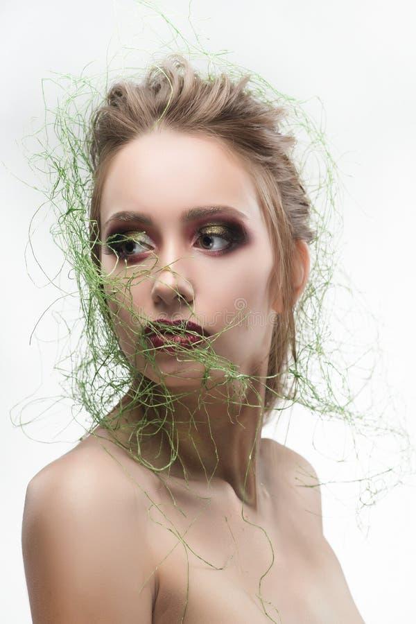 Härlig naken skuldraung flicka som bär typ ve för grönt gräs arkivfoto