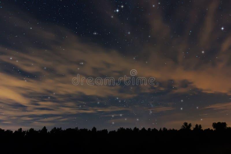 Härlig natthimmel, med moln och konstellationer fotografering för bildbyråer