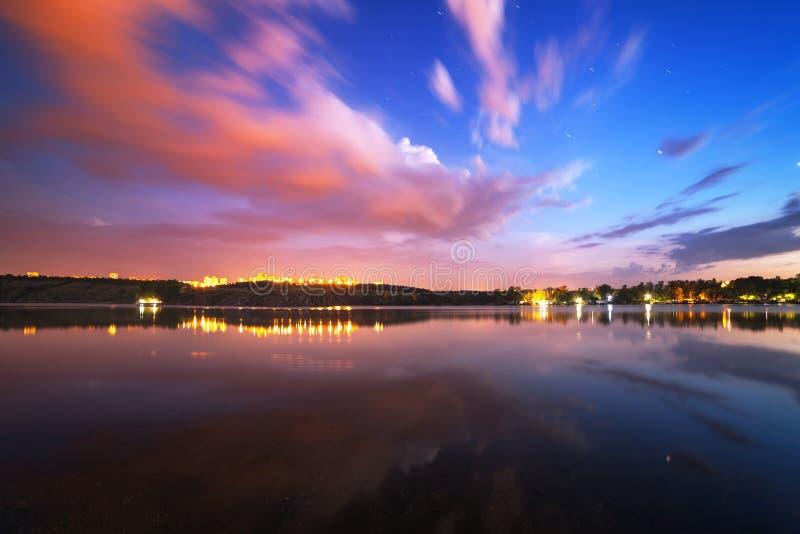Härlig natthimmel på floden med stjärnor och moln arkivbild