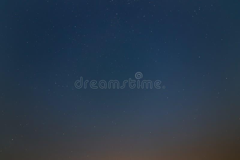 Härlig natthimmel, Vintergatan och träden, höstupplaga arkivbilder