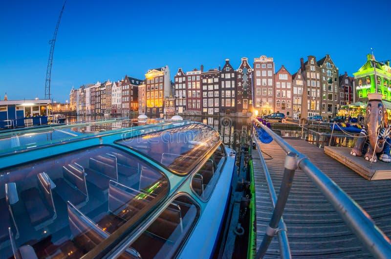 Härlig natthorisont av Amsterdam Staden returnerar längs kanalen arkivfoton