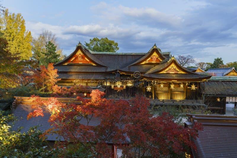 Härlig nattnedgångfärg, huvudbyggnad av Kitano Tenmangu royaltyfri bild