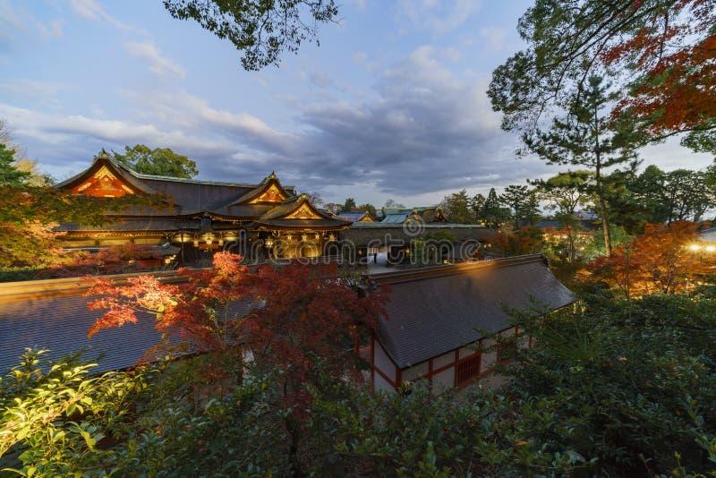 Härlig nattnedgångfärg, huvudbyggnad av Kitano Tenmangu arkivfoton