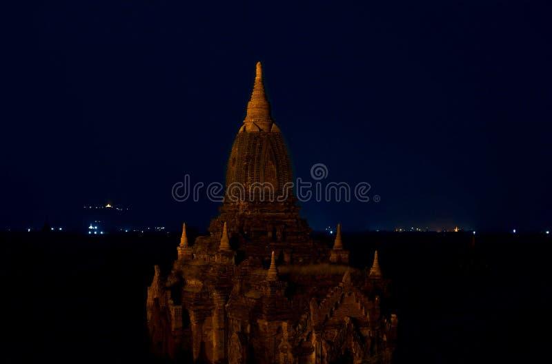 Härlig nattsikt av den forntida buddistiska pagoden bagan myanmar royaltyfri fotografi