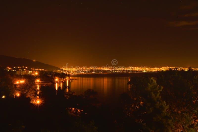Härlig nattsikt av den Rijeka staden i Kroatien fotografering för bildbyråer