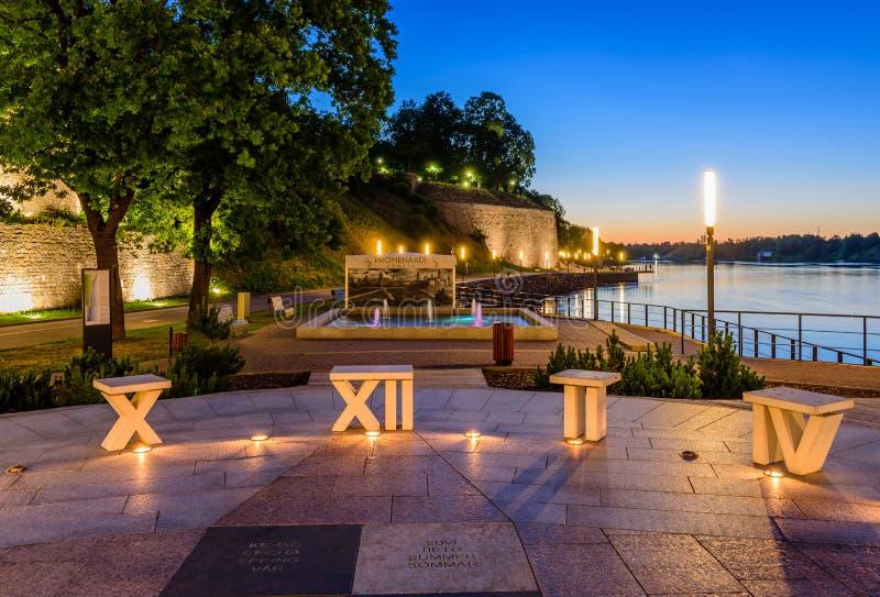 Härlig nattsikt av Narva Flodpromenad och fyrkanten av solen arkivfoton