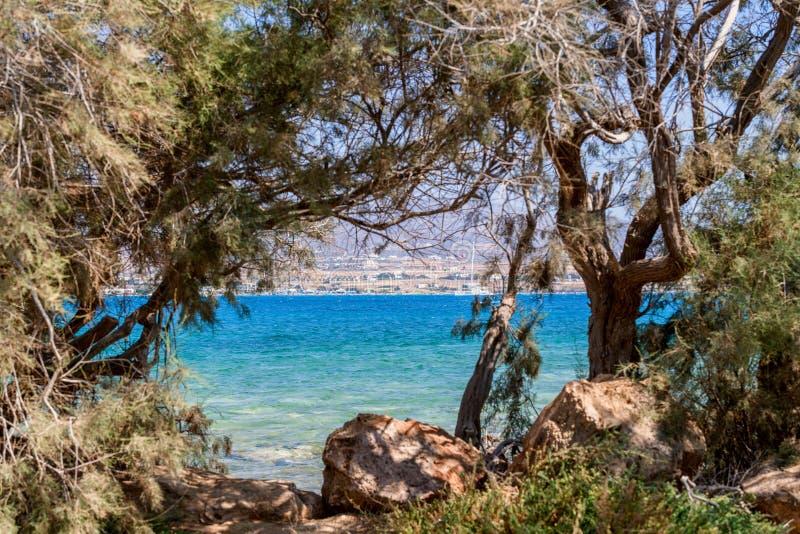 Härlig natur av den Antiparos ön av Grekland med blått vatten för kristall och förbluffasikter arkivbilder