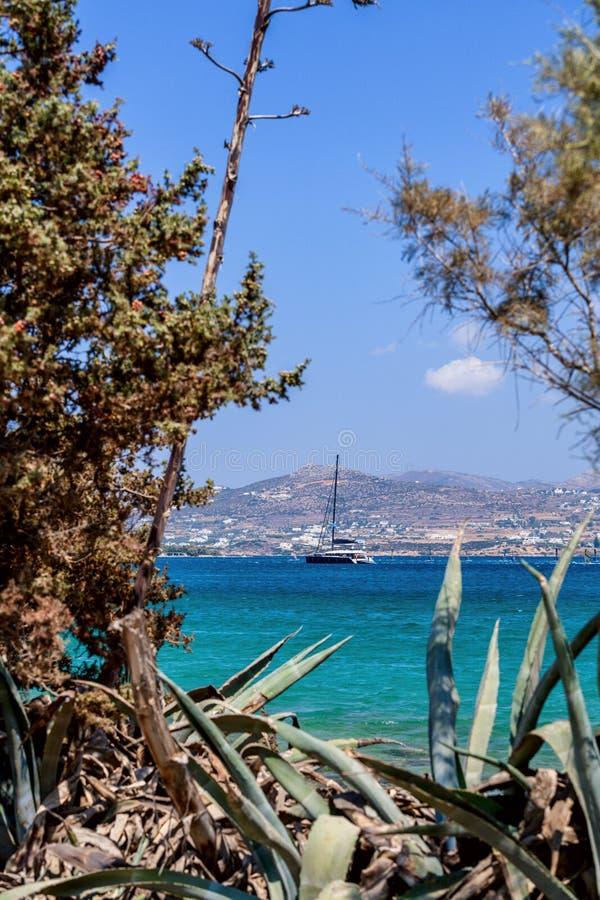 Härlig natur av den Antiparos ön av Grekland med blått vatten för kristall och förbluffasikter royaltyfri fotografi