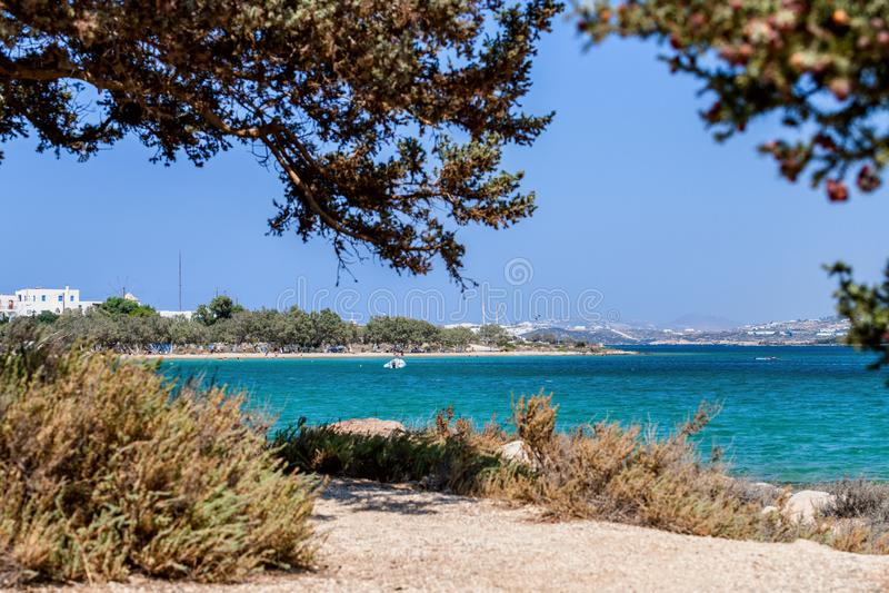 Härlig natur av den Antiparos ön av Grekland med blått vatten för kristall och förbluffasikter royaltyfri bild