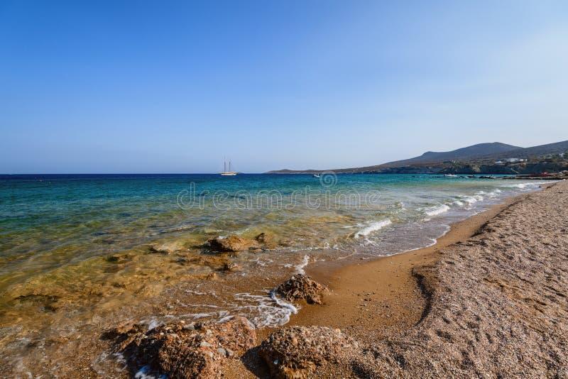 Härlig natur av den Antiparos ön av Grekland med blått vatten för kristall och förbluffasikter arkivbild