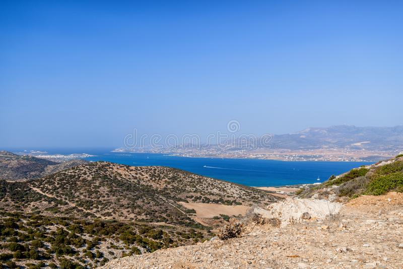 Härlig natur av den Antiparos ön av Grekland med blått vatten för kristall och förbluffasikter fotografering för bildbyråer