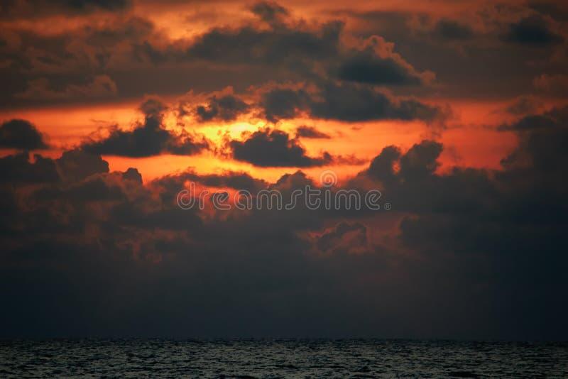 Härlig natur, dramatisk orange solnedgång på flammande solnedgång för molnhimmel med ljus bortgång till och med de mörka molnen L arkivbild