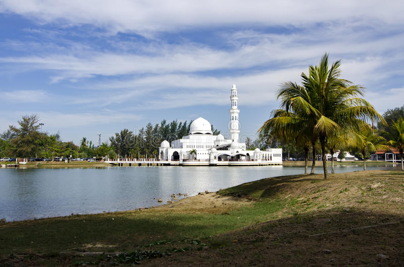 Härlig natur och reflexion på vatten, mest iconic sväva moské royaltyfri foto