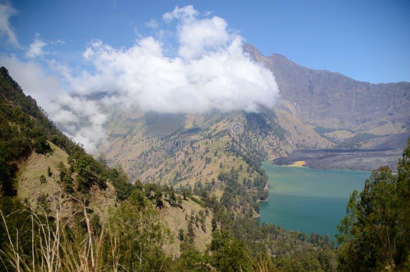 Härlig naturbakgrund på Segara Anak sjön Monteringen Rinjani är en aktiv vulkan i Lombok, Indonesien arkivfoto