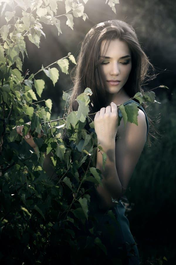 härlig naturlandskapkvinna royaltyfria bilder