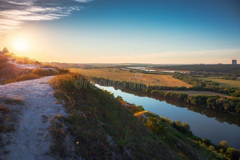 Härlig naturlandskappanorama på solnedgångtid Sikt från det kritakullen eller berget som gör grön ängar och fält med floden arkivfoto