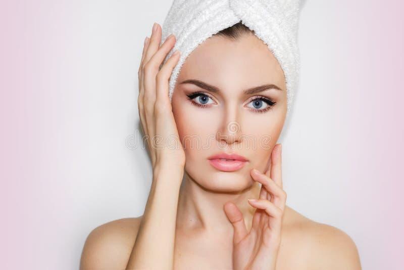 Härlig naturlig flickakvinna efter kosmetiska tillvägagångssätt cosmetology royaltyfria bilder