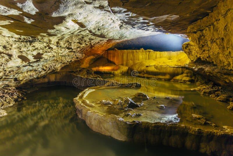 Härlig naturlig grotta Kaskader av underjordiska sjöar i den Nizhneshakuranskaya grottan, Abchazien, Georgia royaltyfri foto