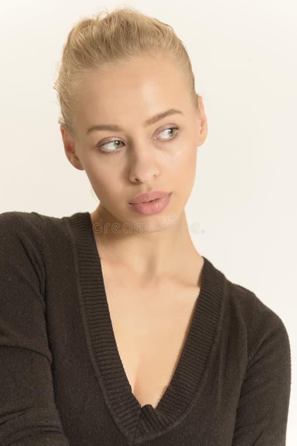 Härlig naturlig makeupstående för ung kvinna på vit bakgrund royaltyfri bild