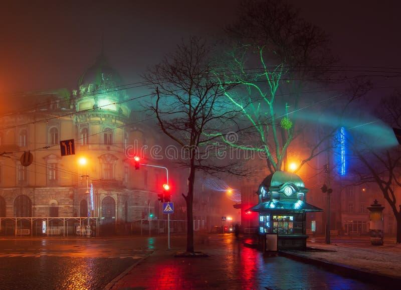 Härlig nightscape av centret av Lviv, Ukraina på den dimmiga natten arkivfoton