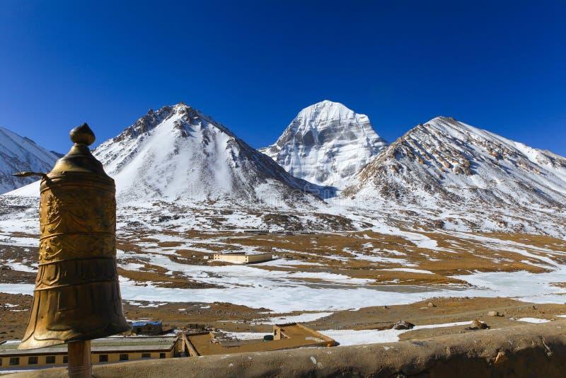 Härlig norr framsida av det sakrala Kailash berget med det guld- tibetana paraplyet fotografering för bildbyråer