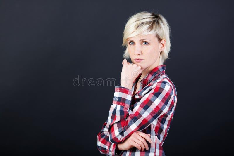 Härlig och allvarlig ung blond kvinna arkivbild
