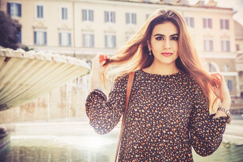 Härlig och attraktiv modellkvinna med långt brunt rött hår fotografering för bildbyråer