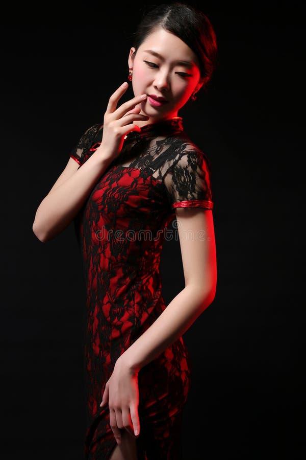 Härlig och elegant asiatisk modell royaltyfri fotografi