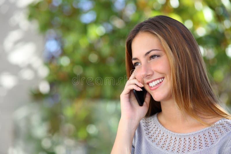 Härlig och elegant kvinna på mobiltelefonen arkivbild