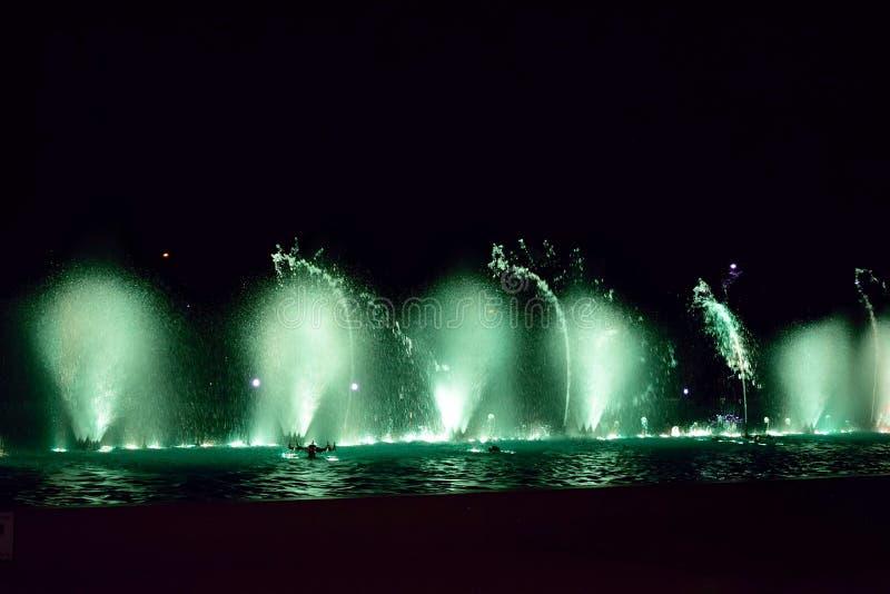 Härlig och färgrik show av att dansa vatten i natten arkivbilder