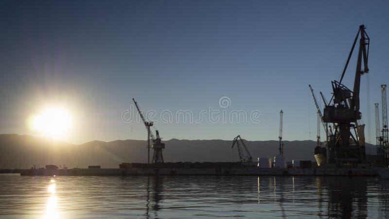Härlig och färgrik solnedgång på hamnen av Rijeka med stads- bransch- och lastväderkorn i Kroatien arkivfoton