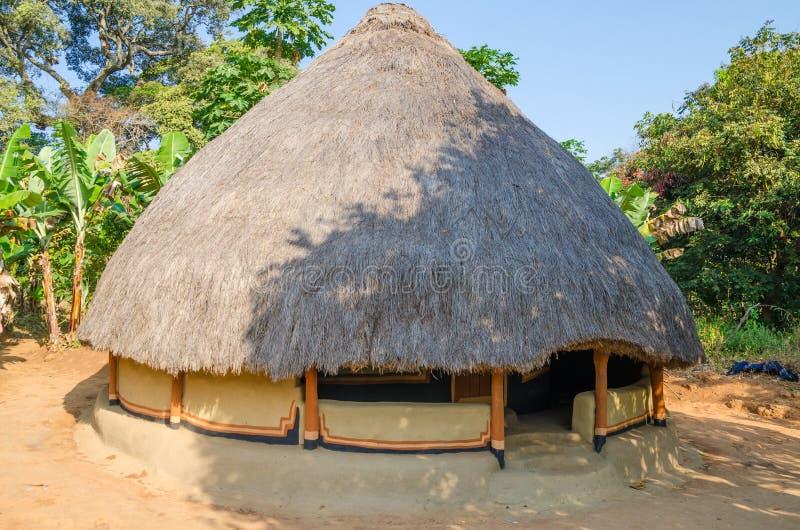 Härlig och färgrik traditionell halmtäckt rund gyttja och lera förlägga i barack i lantlig by av Guinea Bissau, Västafrika royaltyfri fotografi